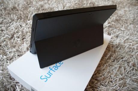 Surface Pro er en ordentlig moppedreng på knap et kilo, hvilket man tydelig kan se, når den som her står oprejst støttet af den såkaldte kickstand.