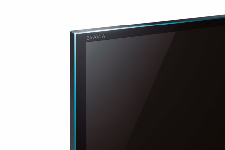 Sony er gået væk fra deres traditionelle monolit-design og har erstattet den heldækkende glasfront med en tynd metalramme i sort med smaragdgrønne farve-elementer.