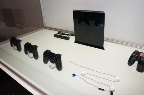 Og såmænd om Sony ikke havde taget en udstillingsmodel af PlayStation 4 samt den nye controller med på IFA 2013.