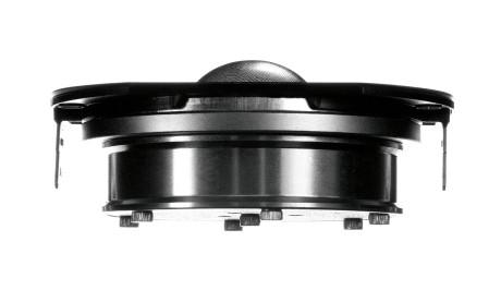 De to diskanter arbejder med DDC, Dynaudio Directivity Control. Det betyder, at man finjusterer balancen mellem symmetriske elementer for at styre strålingen, så refleksioner fra gulv og loft mindskes.