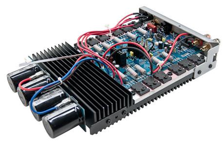 De enkelte forstærkere har deres egen kondensatorbank, så strømforsyningen fungerer optimalt, uanset hvor mange forstærkere der spiller.