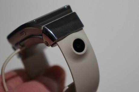 Også kameraet (på 1,9 MP) sidder på urremmen.
