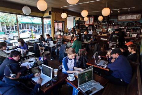 Østerbro, Soho, Prenzlauer Berg... eller som her, Brooklyn. Hvor hipsterne samler sig, oplyses lokalet af hvide æbler fra de kreative menneskers MacBooks.