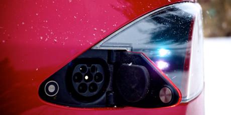 Ladestikket sidder bag den venstre baglygte. Bilen kan både oplades hjemme i garagen og i lyntempo på en af de Super Charge stationer, der allerede findes i Norge, og som Tesla agter at åbne i resten af Europa i løbet af 2014.