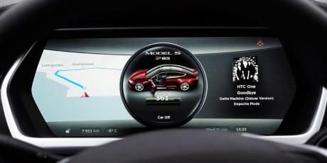 Ud over touch-skærmen får bilens fører også de vigtigste informationer fra grafiske displays placeret i bilens dashboard bag rattet. Hvilke informationer der skal vises her, kan styres fra rattet.