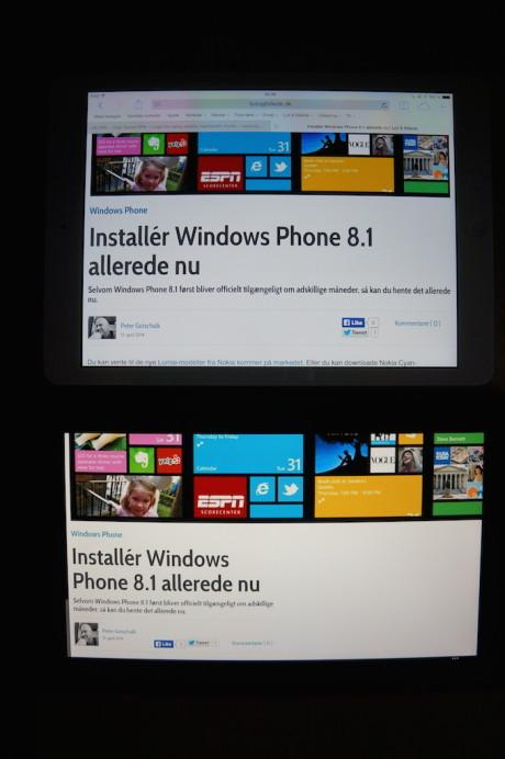 Det er iPad Air øverst og Nokia Lumia 2520 nederst. At skærmen på sidstnævnte lider under gulstik kan ses med det blotte øje.