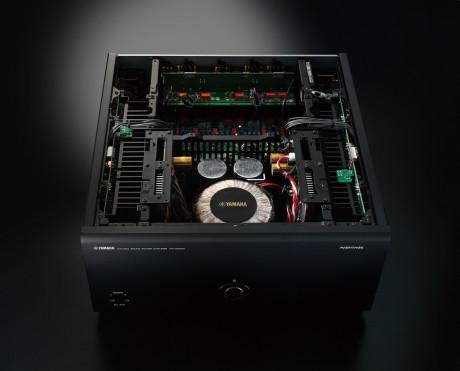 Effektforstærkeren MX-A5000 er symmetrisk opbygget. Konstruktionen sidder i et H-formet chassis for at få bedst mulig vibrationsdæmpning.