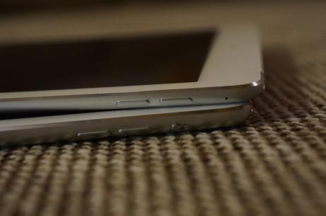 iPad Air 2 (øverst) kommer uden den knap, som på iPad Air (nederst) sidder over volumen-knapperne, og som bruges til at tænde eller slukke for lyden eller deaktivere skærmrotationen.