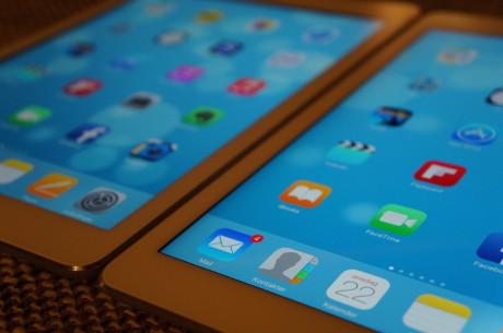 iPad Air 2 (til højre) kommer med fuldt lamineret skærm, som bringer skærmbilledet tættere på brugeren.