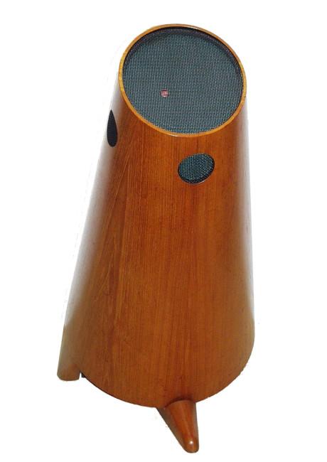 """Allerede fra første færd lagde Stig Carlsson afstand til den etablerede lydbranches idealer. """"Kulboksen"""" fra 1953 indeholdt alle de ideer, som Carlsson kæmpede for resten af sit liv. Samt seks højttaler-elementer, elektronisk delefilter og 2 x 12 watt rørforstærker!"""