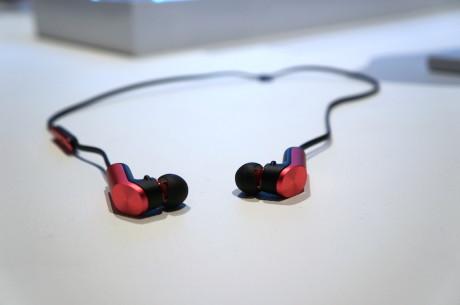 Med TalkBand N1, der både er et sæt trådløse in-ear hovedtelefoner, et bluetooth headset OG en fitness tracker, bevæger Huawei sig ind på helt nyt territorium.