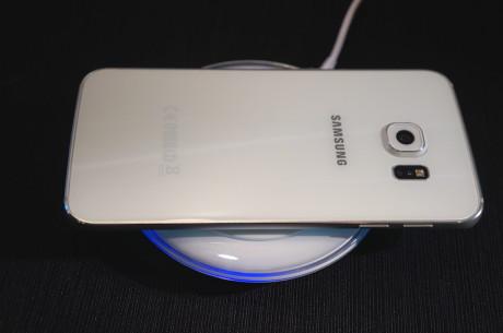 På bagsiden af begge modeller sidder et kamera med 16 MP samt en infrarød sensor, som hjælper med indstillingen af den automatiske hvidbalance. Væk er til gengæld hjerterytmescanneren, som Samsung introducerede med sidste års topmodel.