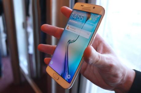 Det er næsten ikke til at se, hvis man ikke lige ved det, men langs kanten i både venstre og højre side krummer skærmen nedad på Galaxy S6 edge. Den såkaldte kantskærm har flere forskellige funktioner.
