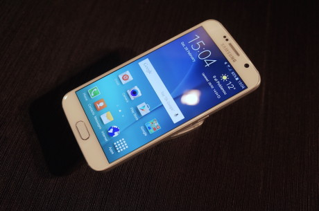 Set forfra ligner den almindelige Samsung Galaxy S6 ved første blik sin forgænger, men det indtryk fortager sig, så snart man rører ved telefonen, hvis for- og bagside er fremstillet af Gorilla Glass 4.