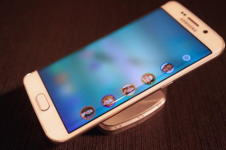 Den såkaldte people stream på Samsung Galaxy S6 edge. Her er plads til fem favoritkontakter, der bliver tildelt hver deres farve …