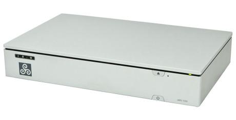 Bagsiden af sMS-1000 afslører den som den computer, den i realiteten er: Forbindelsen til DAC'en sker via USB. Ud over det er der Ethernet-stik til netværksforbindelse. De to skærmudgange og yderligere tre USB-porte er kun til servicebrug.