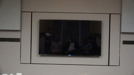 I Samsungs ene testrum er et tv monteret på en motoriseret væg. Et andet tv kan monteres på den anden side af væggen, så man med et tryk på en knap kan vende væggen og skifte mellem at lytte til de to tv'er. Foto: Geir Gråbein Nordby