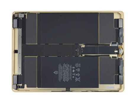 De fire højttaler-enheder kunne til sammen have givet plads til et 50% større batteri. Foto: iFixit