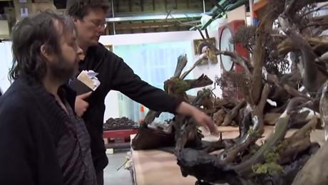 """En træt Peter Jackson prøver at finde hoved og hal i """"Hobbitten"""". Foto: Producenten"""