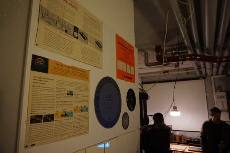 Ved receptionen kunne man se en del af Jonas Olesens samling af testplader. Foto: John Alex Hvidlykke.