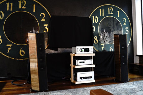 Audio Research's nye Reference 6 forforstærker øverst, med Sonus fabers nye Il Cremonese højttaler i den anden ende. Foto: Lasse Svendsen