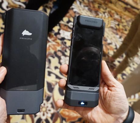 Hvis du er skræmt ved tanken om, at andre kan spionere mod din mobil, har Privoro et teknologisk kyskhedsbælte, der blokerer antennesignalet og lyden. Det begrænser dog anvendeligheden en del samtidig! Foto: John Alex Hvidlykke