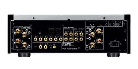 Bagsiden domineres af kraftige skrueterminaler og et væld af analoge indgange. Yamaha-forstærkeren har både rec in/out og pre-out/main-in tilslutninger samt phono-indgang til MM- og MC-pickup. Foto: Yamaha