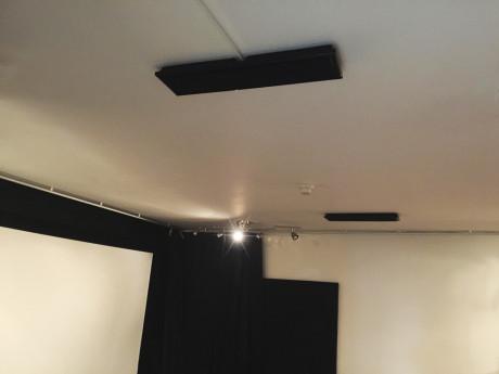 Eller gøre, som vi har gjort: Sæt et par on-wall højttalere fast i loftet. Her er MartinLogans Motion SLM fastgjort med velcro, men det er ikke en løsning, vi kan garantere for – selv om de nu har siddet i to år!