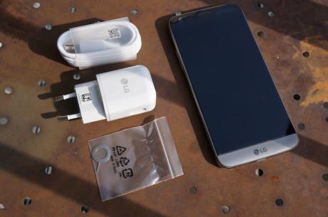 Pakken indeholder blot stift til slæden SIM- og hukommelseskort, kabel og så Qualcomm Quick Charge 3.0, der lader LG G5 op til fire gange hurtigere end tidligere LG-mobiler. Foto: Peter Gotschalk, Lyd & Billede