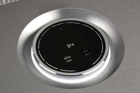 Betjeningsfladen med volumenkontrollen er en lækker detalje.