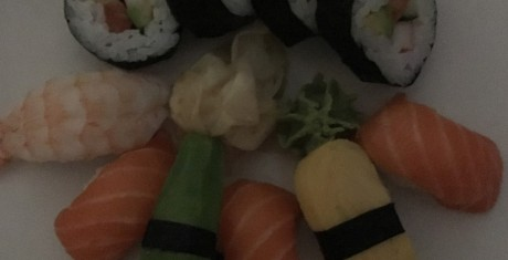 Samme sushi fotograferet ved dårlig belysning. Foto: Jonas Ekelund