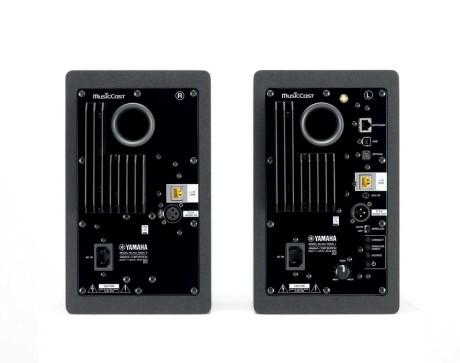 Der er godt fyldt op på bagsiden af NX-N500, som kan sluttes til stort set alt. Inklusive lyd- og netkabel mellem de to højttalere. (Foto: Producent)