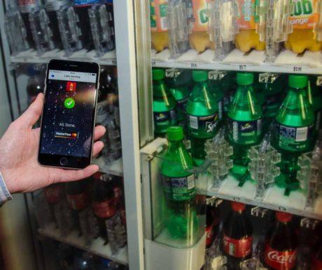 IoT handler ikke om at skifte alting ud. Gamle maskiner kan godt lære nye tricks. Som denne cola-automat, der for ca. 150 kroner er blevet ombygget til mobilbetaling. Foto: MasterCard