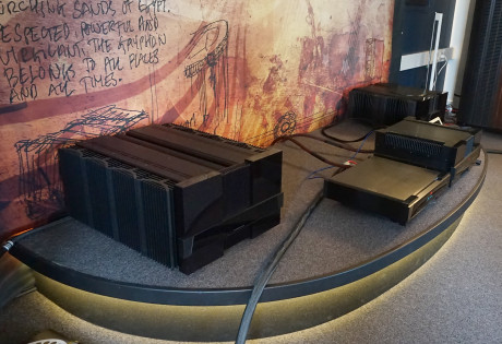 Gryphon Diablo 300 (forrest th.) er ikke en lille forstærker. Men ved siden af den gigantiske Mephisto synes alting småt. Foto: John Alex Hvidlykke, Lyd & Billede