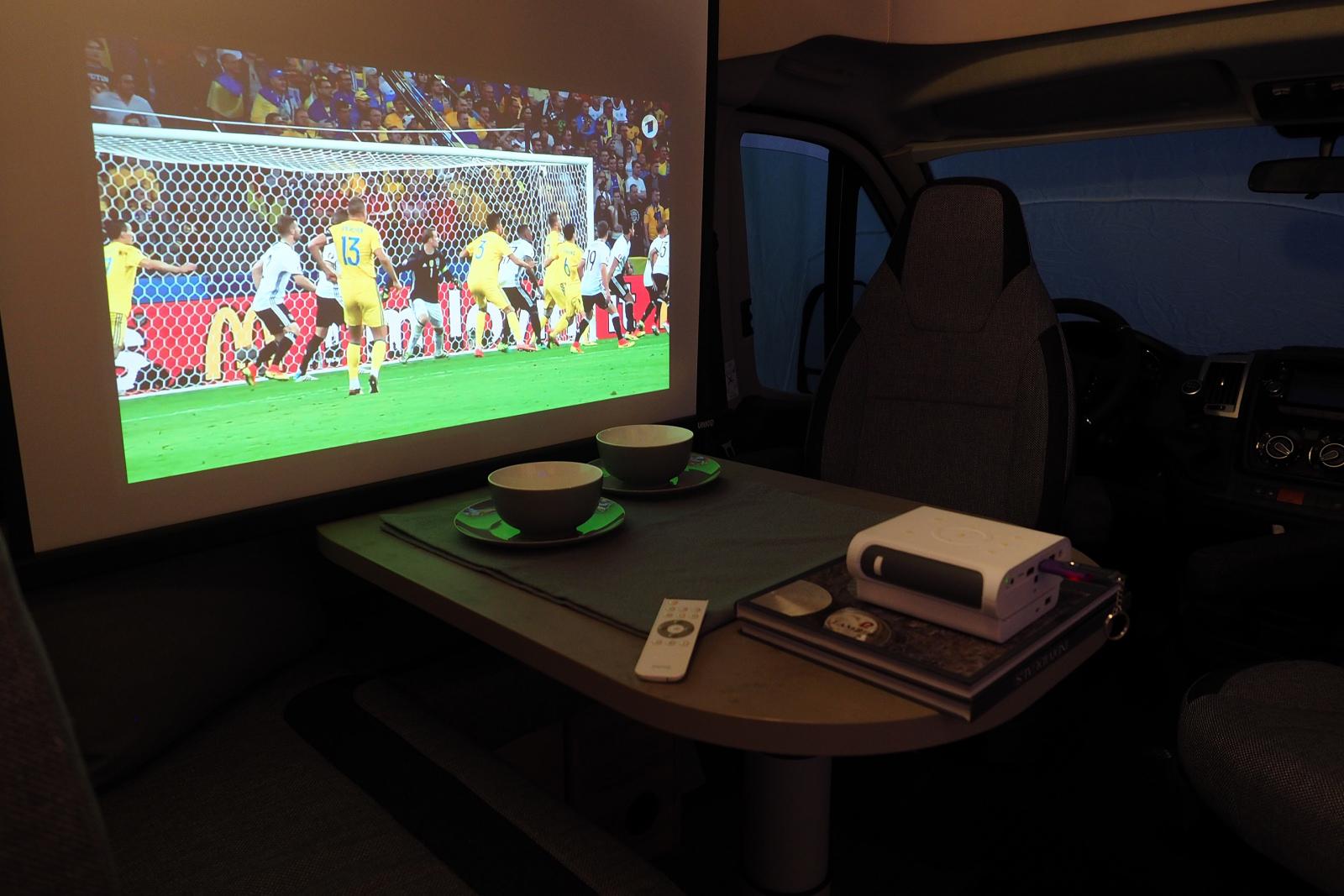 """Med det sammenfoldelige lærred kan man få en 60"""" skærm i campingvognen - eller i teltet. Foto: BenQ"""