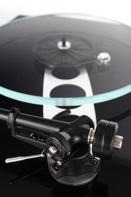Den nye tonearm og forstærkningen på pladespilleren ses tydeligt fra denne vinkel. (Foto: Producent)