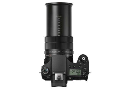 Sonys kamera er større og tungere, end det ser ud, takket være den kraftige zoom. (Foto: Producent)