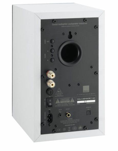 En aktiv højttaler set bagfra med analoge og digitale lydindgange, strømstik og terminaler til den anden højttaler. (Foto: Producent)