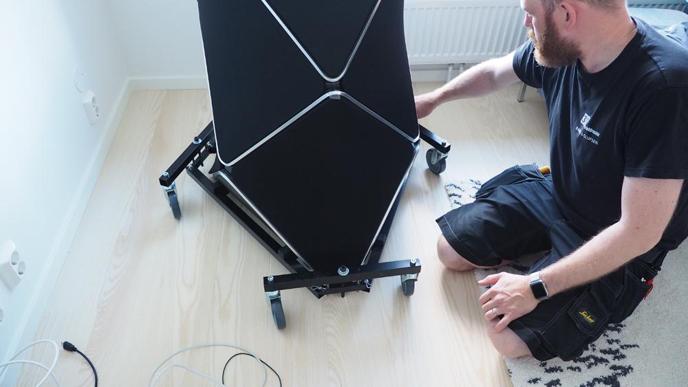 TRILLES PÅ PLADS: Denne specialdesignede vogn bruges til præcis placering af højttalerne. Når du har fundet den korrekte position og vinkel, løsner man bare boltene, og sænker højttalerne ned på gulvet. Smart! Foto: Audun Hage, Lyd & Billede