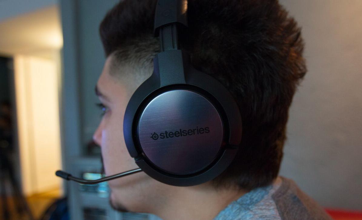 Den indbyggede mikrofon kan gemmes, når den ikke bruges. Foto: SteelSeries
