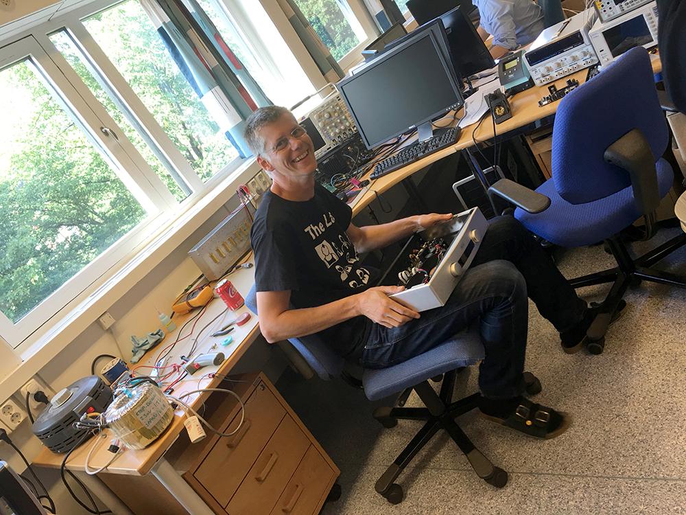 Chefkonstruktør Bent Holter i sit rette element: Ved måleudstyret. Foto: Geir Gråbein Nordby, Lyd & Billede.