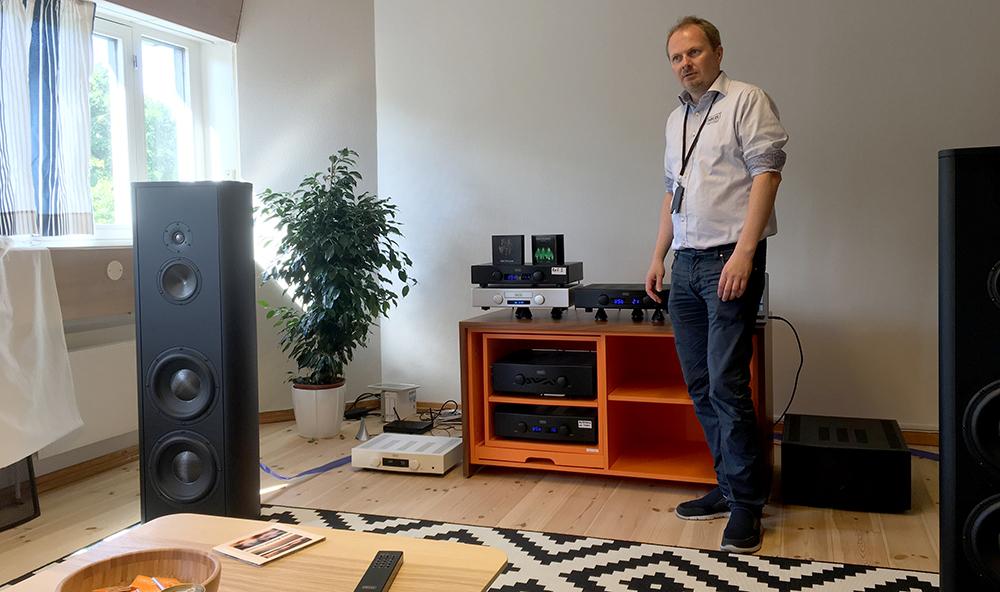 Det er ikke småting, Hegel bruger til demonstration, nemlig gulvhøjttaleren Magico S5 til en lille halv million! Foto: Geir Gråbein Nordby, Lyd & Billede.