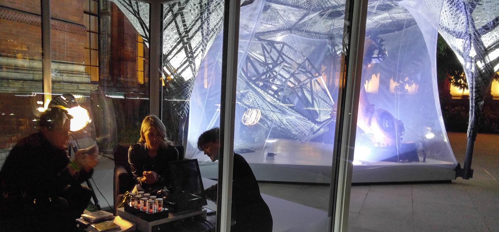 Efter en svær start er Sennheisers megedyre HE1-hovedtelefon klar. Her demonstreret på Victoria and Albert Museum i London. Foto: John Alex Hvidlykke, Lyd & Billede