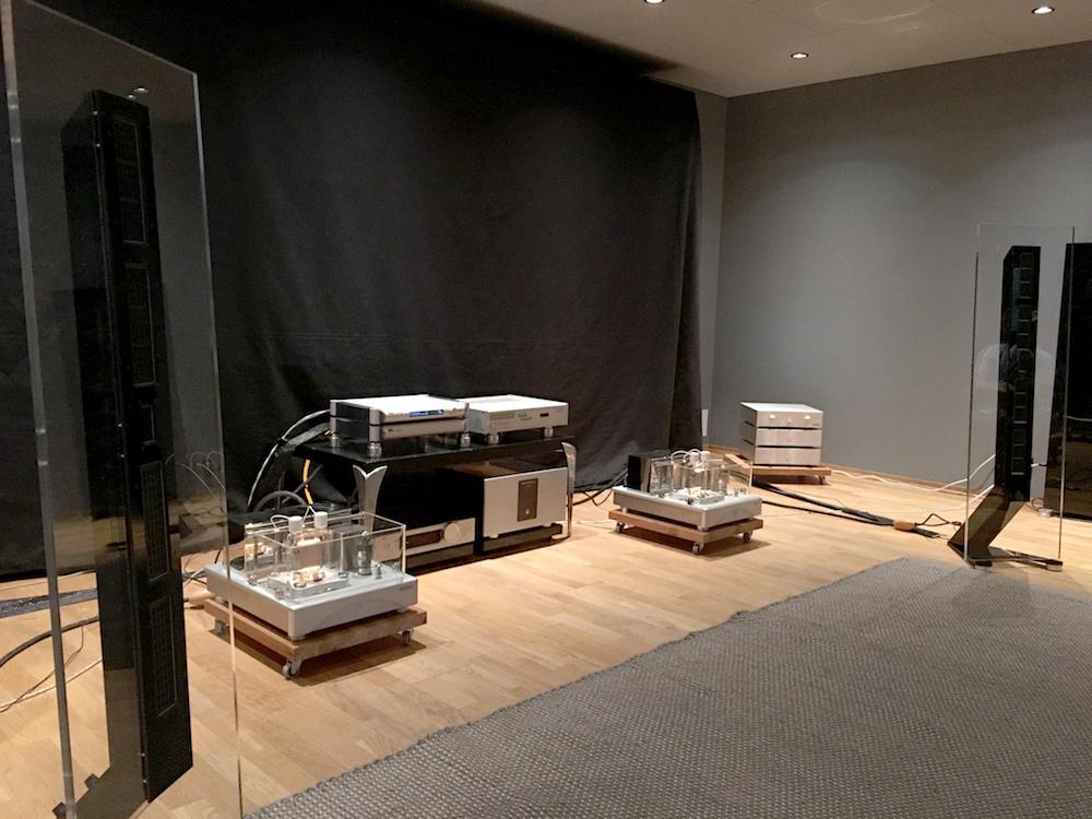 Audio Solution markerede sig med udstillingens bedste lyd med højttalere Audio Insight Q10, designet af Geir Fredriksen. Herlighederne blev drevet af heftige rørforstærkere fra Wavac, og det lød simpelthen smukt. Foto: Geir Gråbein Nordby, Lyd & Billede