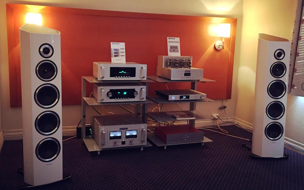 Hos Mono kunne man høre Audio Research-forstærkere, der drev et par Sonus Faber Venere Signature, og med en Aurender medieafspiller forrest i signalvejen. Dejlig lyd! Ikke billigt, men dog ikke skræmmende dyrt i forhold til nogle andre anlæg, vi hørte. Foto: Geir Gråbein Nordby, Lyd & Billede