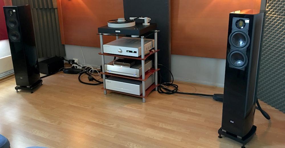 Norsk Audio Teknik havde premiere på den helt nye forstærker Bladelius Brage med 2 x 50 watt i klasse A. Den drev på overbevisende maner et par Elac FS 267. Behageligt prissatte produkter, hvis man ser bort fra pladespilleren fra Bergman til over 80.000 kroner. Foto: Geir Gråbein Nordby, Lyd & Billede