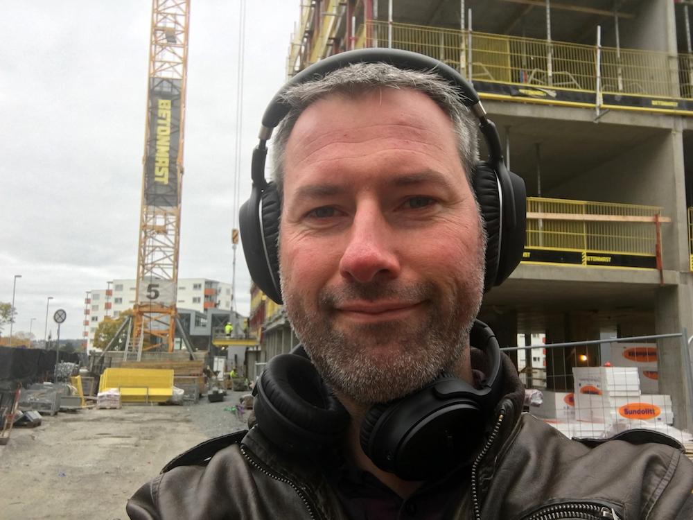 Selfie-tid: Ude ved en byggeplads kunne Sennheiser og Bose prale af omtrent lige god støjreduktion. Foto: Geir Gråbein Nordby