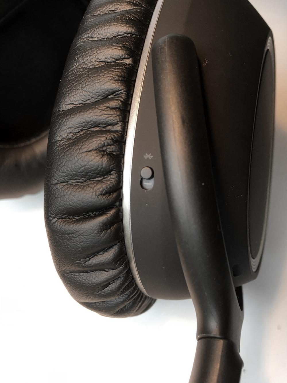 Bluetooth-knappens placering er klodset og irriterende. Foto: Geir Gråbein Nordby, Lyd & Billede