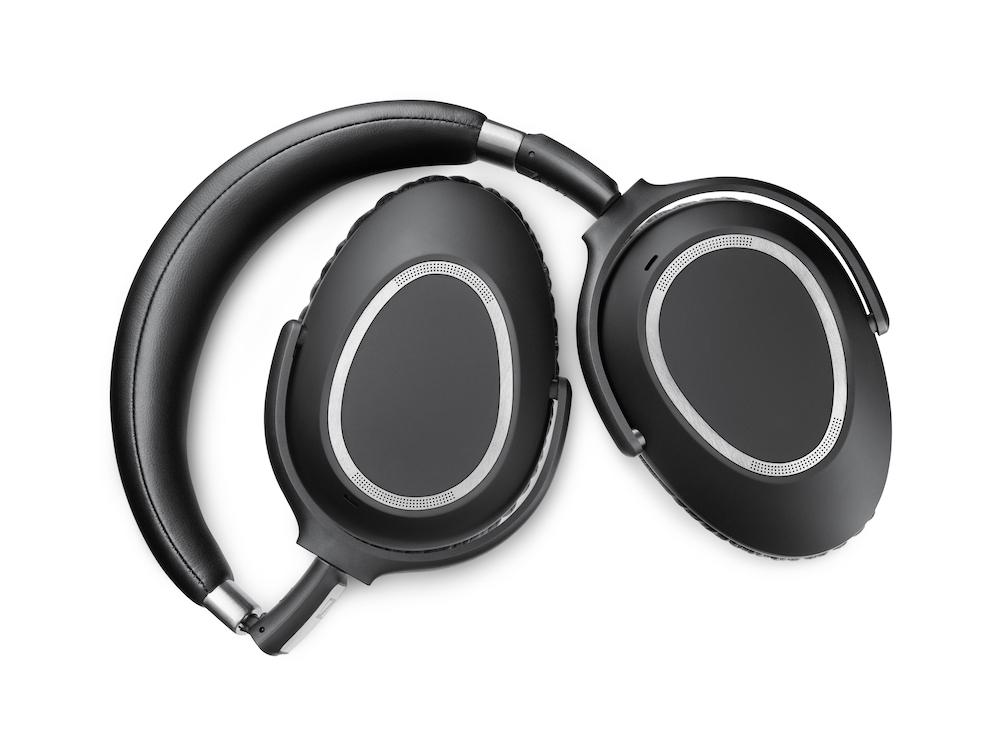 For at slukke hovedtelefonerne drejer man ørekopperne indad, så konstruktionen bliver helt flad. Vrid kopperne tilbage, og de tændes igen. Foto: Sennheiser