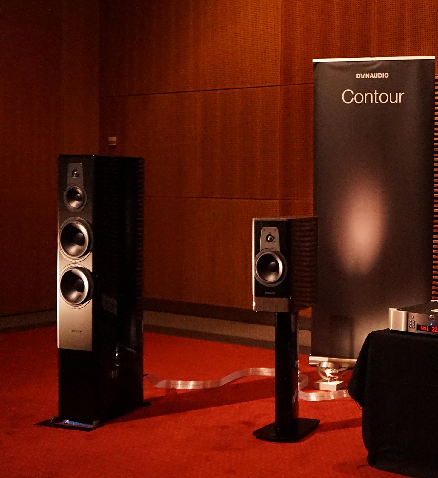 Dynaudio havde vanen tro en af de store sale i stueetagen, hvor man kunne høre det nye Contour-modeller. De lød lovende! Vi vender tilbage med en test. Foto: John Alex Hvidlykke, Lyd & Billede